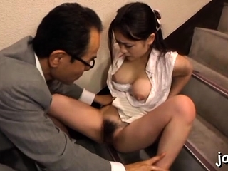 Stunning babe gets down and gives an fantastic blowjob