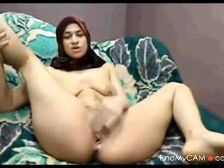 Arab MILF masturbating acutely in amateur clip